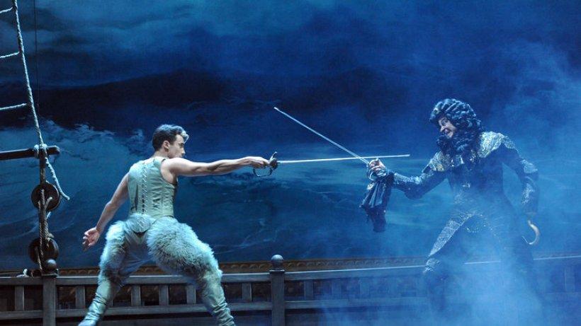 Arash Marandi als Peter Pan im Deutschen Schauspielhaus
